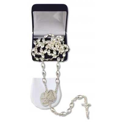 Różaniec ze srebra z grawerunkiem - zdjęcie dewocjonaliów
